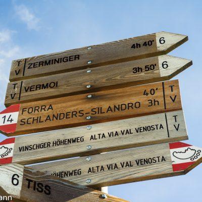 Der Wegweiser in St. Martin im Kofel weist die Vermoispitze mit 3 Stunden 50 Minuten aus.