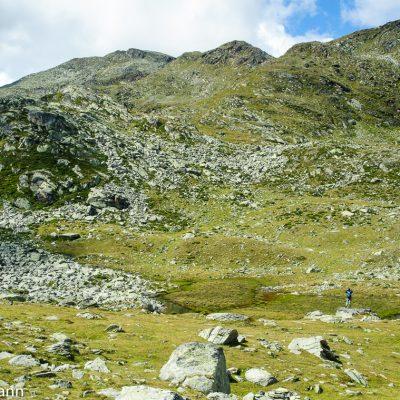 Abstieg ins Penaudtal. Die Vermoispitze liegt links oben oberhalb des Geröllfeldes